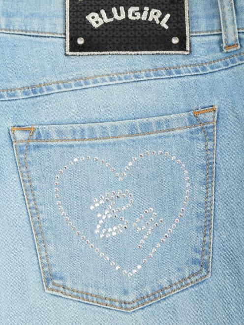 Широкие джинсы из светлого денима с декоративной отделкой  - Деталь