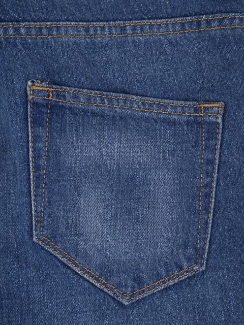 Укороченные джинсы с цветочным узором - Деталь