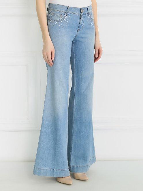 Широкие джинсы из светлого денима с декоративной отделкой  - Модель Верх-Низ