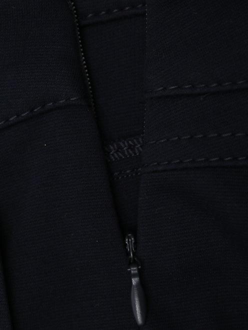 Широкие трикотажные брюки с металлическим декором - Деталь