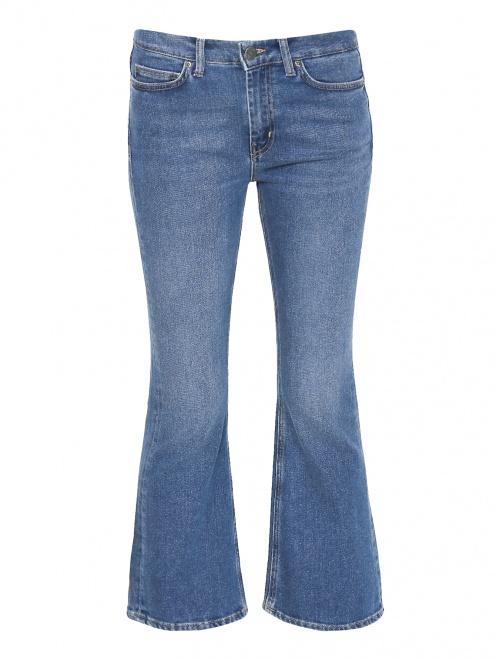Укороченные джинсы расклешенного кроя - Общий вид
