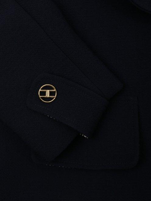 Костюм с юбкой из шерсти, декорированный кружевом - Деталь