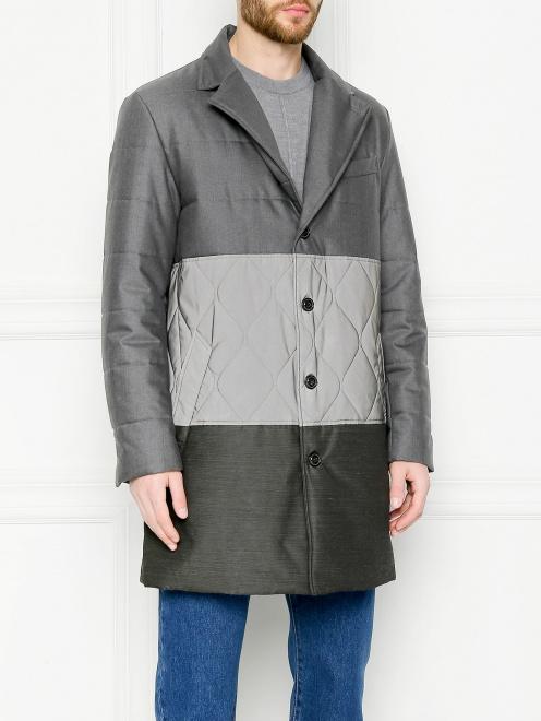 Утепленное пальто с контрастной вставкой  - МодельВерхНиз